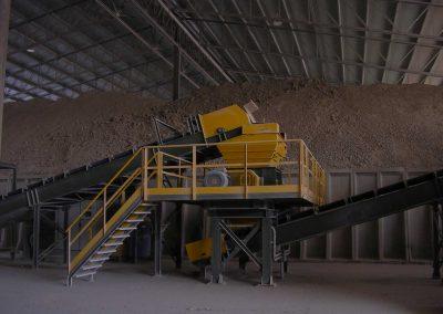 I minerali in transito (in rinfusa ed in colli) sono destinati principalmente all'industria ceramica e del vetro: argille, allumina, caolini, feldspati.